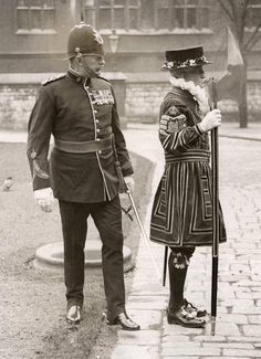 A soldier and Yeoman Warder (Beefeater) in the Tower of London, 1934 London History, British History, Vintage London, Old London, Baker Street, Old Pictures, Old Photos, Vintage Photographs, Vintage Photos