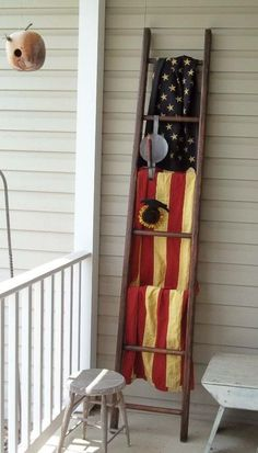 40 ways you can use an old ladder for home decoration поделки с американски Fourth Of July Decor, 4th Of July Decorations, July 4th, Country Decor, Rustic Decor, Farmhouse Decor, Modern Country, Rustic Americana Decor, Western Decor