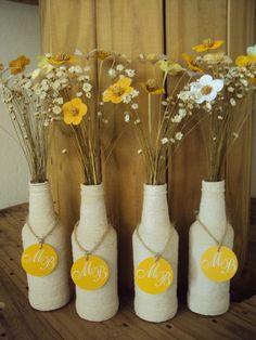 *** Pedido mínimo 08 unidades *** Decorando com produtos sustentáveis!!! Inspirada no artesanato nordestino!!! Garrafa de vidro reutilizada decorada com barbante cru para enfeitar as mesas e decorar a festa. Acompanha arranjo de flores de tecido, flores secas e tag com as iniciais dos noivo... Diy Bottle, Bottle Art, Bottle Crafts, Handmade Decorations, Wedding Decorations, Table Decorations, Backyard Birthday Parties, Pine Cone Crafts, Blue Color Schemes