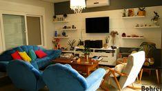 Sala em MDF couro branco tendo gavetão com rodízios e painéis.