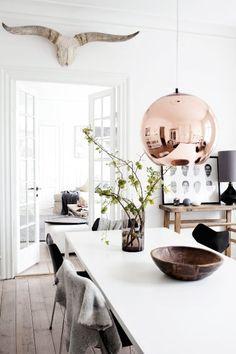 Boule chez quinquallerie chambly argent The pendant light./ chaises noirs et table blanche
