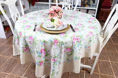 Toalha de mesa retangular que veste a mesa quadrada e a redonda também, para 4 lugares. Confeccionada em tricoline, fundo em verde claro estampa em flores nos tons de rosa e azu com barrado bege. Guardanapos e porta-guardanapos são vendidos separadamente. R$ 70,00