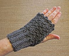 These mitts are super easy and fast, and you can easily customize them as well. Worked flat and sewn together to create a thumb hole, the scalloped edge and the ribbing are worked as you go.