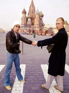 131 Rare Celebrity Pics That Reveal A Side You've Never Seen Before David Bowie And Iggy Pop In Moscow, 1976 Iggy Pop, David Bowie, Justin Timberlake, Meryl Streep, The Stooges, The Thin White Duke, Marylin Monroe, Music Photo, Clint Eastwood