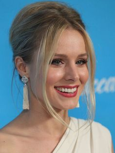 Loose Tresses Avoid the stiff look of a French twist by pulling out shorter pieces of hair to frame your face, like Kristen Bell. Oscar Hairstyles, Easy Updo Hairstyles, Evening Hairstyles, Funky Hairstyles, Elegant Hairstyles, Celebrity Hairstyles, Updos, Layered Hairstyles, Wedding Hairstyles