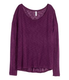 Long-sleeved top in sheer, soft slub jersey with a wide neckline and dropped shoulders. Slightly longer at back.
