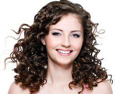 Como modelar cabelos cacheados
