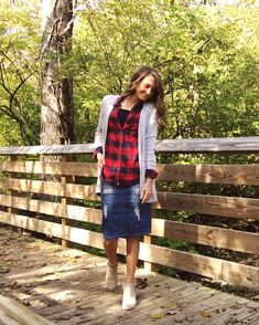 """Gonna di jeans come abbinarla di giorno e di sera """"Groovy Skirt"""" – My sister and I dressed like this all the time, back in the incredible Image source Skirt Outfits Modest, Denim Skirt Outfits, Modest Wear, Denim Outfit, Modest Dresses, Denim Dresses, Denim Overalls, Church Outfits, Fall Outfits"""
