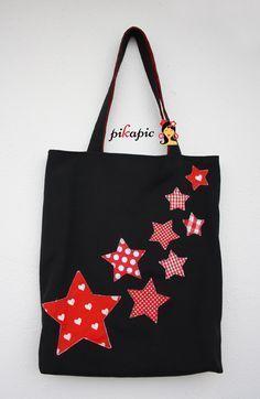 pikapic: Bolso de estrellas The World Kats Patchwork Bags, Quilted Bag, Diy Sac, Diy Tote Bag, Reusable Tote Bags, Craft Bags, Bag Patterns To Sew, Denim Bag, Simple Bags