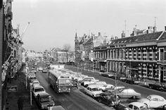 1972 : Beeld van bovenaf van de Wilhelminastraat en verderop de Nieuwe Ginnekenstraat, met in de bus een wel heel erg lange chauffeur