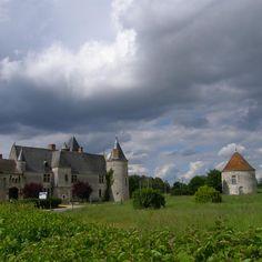 Château de Chemery, il tient plus du manoir que de la forteresse. Construit au 15° et 16°s sur un site plus ancien, il se résume à une cour rectangulaire entourée de différents logis et bâtiments agricoles. L'enceinte défendue par des douves est incomplète. Son allure irrégulière et rustique lui donne un charme certain