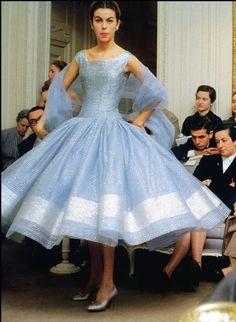 """Modelo de la casa Dior. Odile, lleva un vestido llamado """"Zépherine"""" de la colección Dior otoño-invierno, Paris, 1954. Foto de Mark Shaw..."""