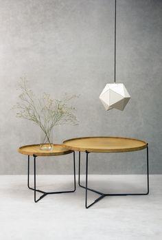 Den runde form er retningsløs og nem at færdes omkring – den giver luft og det trebenede stel fremstår let og elegant.