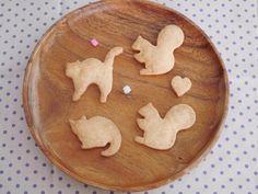 今日のおやつは「momo cafe」で買ってきたネコとリスの形をしたクッキー。かわええええ(パクー)