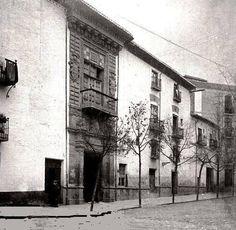 Antiguo Palacio de los Córdova  El palacio de los Córdova fue edificado en la Placeta de las Descalzas hacia 1530, finalizando su construcción en 1592. Su primer dueño fue Luis Fernández de Córdova. Con el paso de los años, tras pasar por varios dueños, en 1919, pasa a manos de Ricardo Martín Flores y es derribado para construir sobre su solar el teatro Gran Capitán.