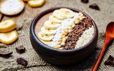 chocolate smoothie with banana, coconut, pine nuts, chocolate an Muesli, Smoothies Banane, Blackhead Extractor Tool, Universal Nutrition, Drink Photo, Banana Coconut, Mexican Food Recipes, Acai Bowl, Food Photography