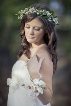 Wedding flower headdress, gypsophila and ivy. By Laurel Weddings.