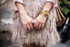 Look da Vic: Saia de pluma Topshop / anéis e pulseiras vintage e LOOL. Vic Ceridono | Dia de Beauté