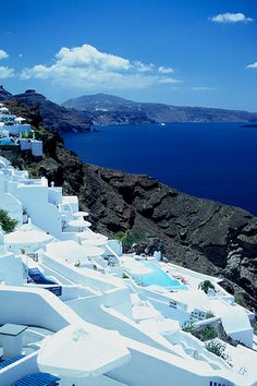 Brilliant white & blue, #Santorini #Greece http://www.rooms-2-let.com/