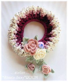 ビーズ付クロッシェシュシュ☆赤系☆かぎ針編みしゅしゅ Crochet Bookmark Pattern, Crochet Motif Patterns, Crochet Patterns Amigurumi, Crochet Pony, Crochet Art, Crochet Flowers, Diy Baby Headbands, Diy Hair Bows, Crochet Hair Clips