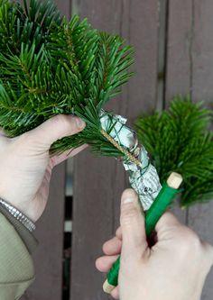 Vehreät havutyöt antavat talven juhlakauteen pehmeyttä ja kauneutta. Katso Meidän Talon ohjeet ja tee itse havukranssi tai havukolmio oveen.