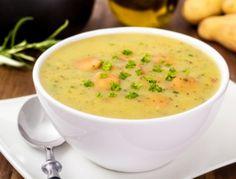 Für die Kartoffelsuppe aus dem Dampfgarer die Kartoffeln klein schneiden. Die Kartoffelstückchen mit Suppe, Gewürzen und Pilzen in eine ungelochte