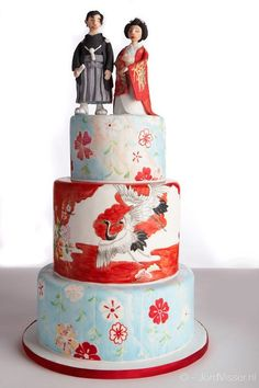 Ben geen fan van de topper maar de taart is prachtig beschilderd. Hand-painted Japanese wedding cake with cranes and flowers in light blue and red.