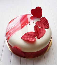For those with a sweet tooth, selecting the perfect wedding cake for one's wedding can prove to be one of the favorite aspects of the wedding planning process. Pretty Cakes, Beautiful Cakes, Amazing Cakes, Cupcakes, Mirror Glaze Cake, Mirror Cakes, Decoration Patisserie, Heart Cakes, Valentines Day Cakes