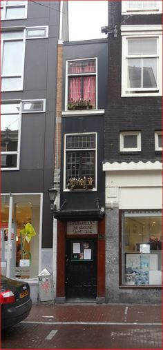 Singel 7: the smallest house in Amsterdam, with a width of just one meter!