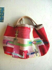 A great, roomy market bag made of patchworked fabric with an overlay of Sashiko stitching. Patchwork Bags, Quilted Bag, Japanese Embroidery, Sashiko Embroidery, Fabric Bags, Market Bag, Handmade Bags, Bag Making, Bag Accessories