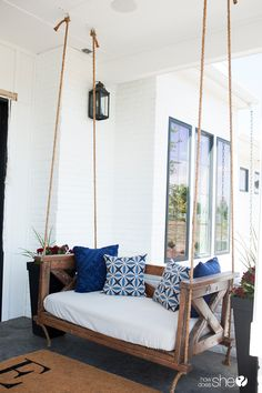 Beautiful DIY Farm-Inspired Porch Swing – front yard ideas with porch Farmhouse Porch Swings, Porch Bed Swing Plans, Front Porch Swings, Porch Bench, Bench Swing, Patio Swing, Diy Crib, Diy Porch, Porch Ideas