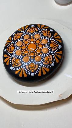 Stone Art Painting, Dot Art Painting, Mandala Painting, Mandala Drawing, Painting Tips, Mandala Painted Rocks, Painted Rocks Craft, Mandala Rocks, Rock Painting Patterns