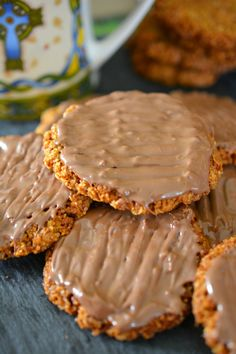 These yummy homemade hobnob biscuits are made with wholemeal flour & taste even better then shop ones. Simple to make they are ready in less than 20 mins Baking Recipes, Cake Recipes, Snack Recipes, Salad Recipes, Breakfast Recipes, Chocolate Treats, Homemade Chocolate, Hobnob Biscuits, Biscuits
