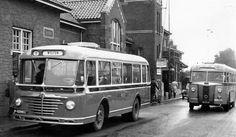 Oude LTM-bussen voor het station