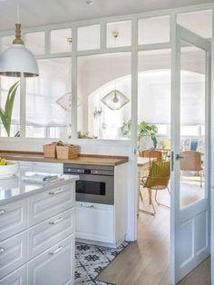 Verrière blanche pour la cuisine : les plus beaux modèles Küchen Design, House Design, Interior Design, Kitchen Room Design, Kitchen Decor, Knoxhult Ikea, Small Bathroom Paint Colors, Minimalist Kitchen, Cuisines Design