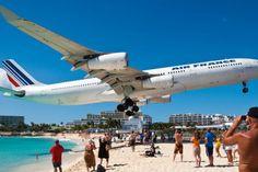 ■マホビーチ(maho beach)/セントマーチン島 カリブ海に浮かぶセントマーチン島の南半分のオランダ領にあるセント・ジュリアナ国際空港に隣接するビーチ「マホビーチ(maho beach)」。 航空機がビーチすれすれを飛ぶビーチですが、空港の滑走路が大型機にはギリギリの長さしかないことからビーチすれすれを飛んでいるそうです。