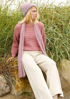 Oversized  Weit, kurz und kastig ist der Pullover mit versetztem Patentmuster. Damit die Nähte flach bleiben, sind die Ärmel von oben nach unten angestrickt. Mit rundem Halsausschnitt.