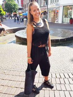 Outfit der Woche! gehäkeltes Crop Top mit Fransen: Vila – lässige Haremshose: Comma ID – Statement-Kette: Pieces – Shopper in geknüpfter Bastoptik: Opus #fashion #ootw