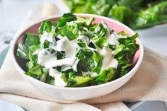 Der Spinatsalat ist eine besondere Beilage. Zu dieses Rezept passt auch nur ein gutes Stück Brot und fertig ist ein Snack.