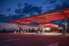 Nueva estación de servicio de CEPSA por Saffron, Tangerine y M+P arquitectos. Photography @ Montse Zamorano. Courtesy of CEPSA. Señala encima de la imagen para verla más grande.