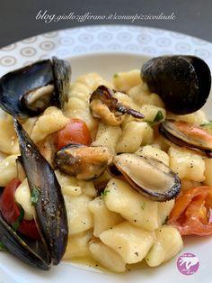 Gli gnocchi sono sempre deliziosi, e questa versione di mare con le cozze è davvero superlativa. La morbidezza avvolgente dello gnocco, la sapidità della cozza e la freschezza del pomodorino rendono questo piatto semplice ma irresistibile. Assolutamente da provare! Gnocchi, Beans, Vegetables, Food, Essen, Vegetable Recipes, Meals, Yemek, Beans Recipes