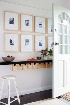 Découvrez nos astuces pour aménager un hall d'entrée aussi convivial que fonctionnel; porte, rangement, banc, art, tablette.
