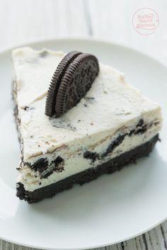 Oreo Käsekuchen ohne Backen: Wer Oreos mag, wird diese Torte lieben! Knusprige Schokokekse, sahnige Frischkäsecreme - der Oreo Cheesecake schmeckt einfach köstlich!