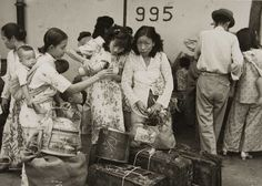 Chinese women with their luggage at the quay. A native Indonesian nanny, carrying a baby, is trying to make a young girl drink. 1945-1955. File:COLLECTIE TROPENMUSEUM Chinese vrouwen met hun bagage op de kade TMnr 60052134.jpg