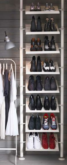 Ce rangement chaussure Ikea s'intègre parfaitement dans la penderie et permet d'organiser tous types de chaussures, avec ou sans talons. Utilisez autant d'étagères que nécessaire.