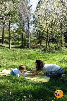 Yoga mamá y bebé en la naturaleza. #beneficios #yogaenlanaturaleza #yogamamáybebé #babyyoga #yoga