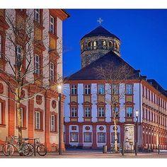 Das Alte Schloss mit dem Schlossturm. Mitten in der Fußgängerzone ein wunderbares Gebäude in dem sich heute das Finanzamt befindet.  The Old Palace and the palace tower. A beautiful site in the city center in which the IRA has its office. : @katrin_taepke  #lovetheworld #gothere #livetravelchannel #bestgermanypics #weltderwilhelmine #instamood  #theculturetrip #culturetravel #instagram #instatravel #igersfranconia  #14cities #visitfranconia #europetrip #travelpic #germany #tlpicks…