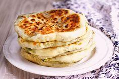 Plăcinte la tigaie – cu brânză și verdețuri – rețetă video Pesto, Coleslaw, Cookie Recipes, Pancakes, Avocado, Cookies, Breakfast, Ethnic Recipes, Desserts