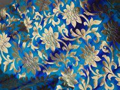 Ceci est une belle meilleure qualité pur Banarasi lourd brocart de soie avec des motifs dorés tissé sur tie-dye teints à la main en tissu de soie turquoise bleu clair et bleu royal. Vous pouvez...