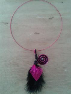 Image - Collier fil alu fuchsia et noir, pendentif plumes noir et rose avec perle shamballa aubergine - Les créations de Jenny - Skyrock.com